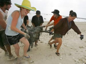 Volunteers help with post-tsunami clean-up in Thailand. Photo: Getty Images